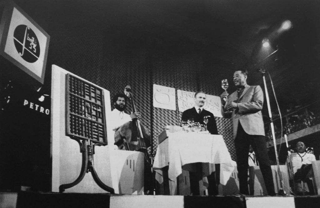 Hrací stůl (1966) Libora Fáry předává dr. Lubomír Dorůžka Duke Ellingtonovi během MJF vLucerně. Foto: Miroslav Jodas